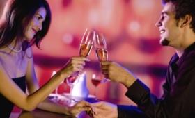 Романтический квест в ресторане или кафе: сюрприз для любимого человека с поиском спрятанного подарка